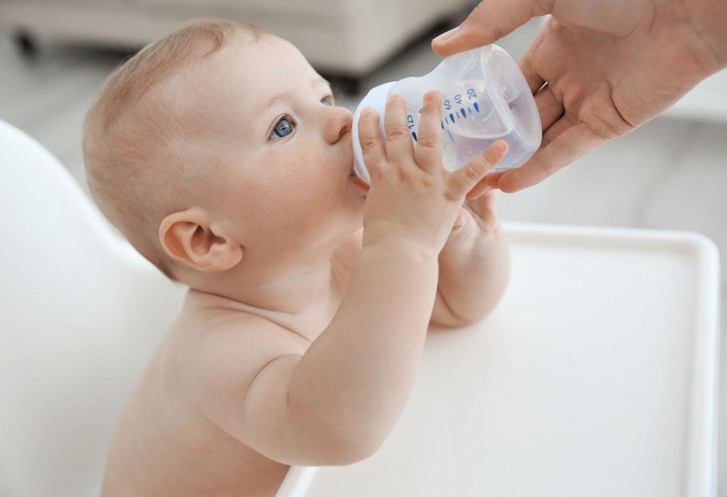 có nên cho trẻ sơ sinh uống nước, trẻ sơ sinh uống nước được không
